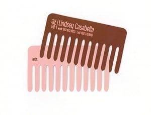 Om du er hår stylist, er nok et visittkort formet som en kam midt i blinken. Blir neppe kastet siden det er både stilig og nyttig.