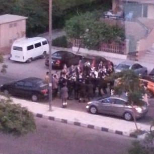 Bryllup rett utenfor blokka. Blokkerte gata, og slangetemmer orkester. Festlig